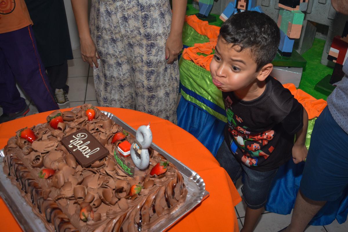soprando a vela do bolo no Buffet Fábrica da Alegria Osasco São Paulo, aniversário de Rafael 8 anos tema da festa mini craft