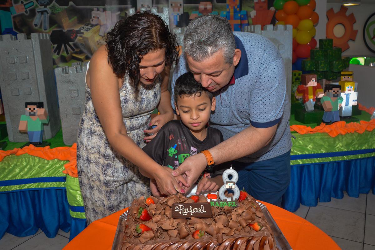 cortando o primeiro pedaço de bolo no Buffet Fábrica da Alegria Osasco São Paulo, aniversário de Rafael 8 anos tema da festa mini craft