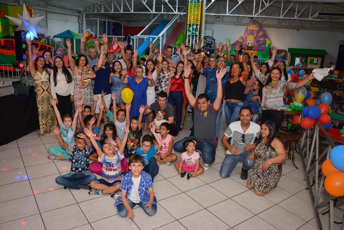 foto com todos reunidos no Buffet Fábrica da Alegria Osasco São Paulo, aniversário de Rafael 8 anos tema da festa mini craft