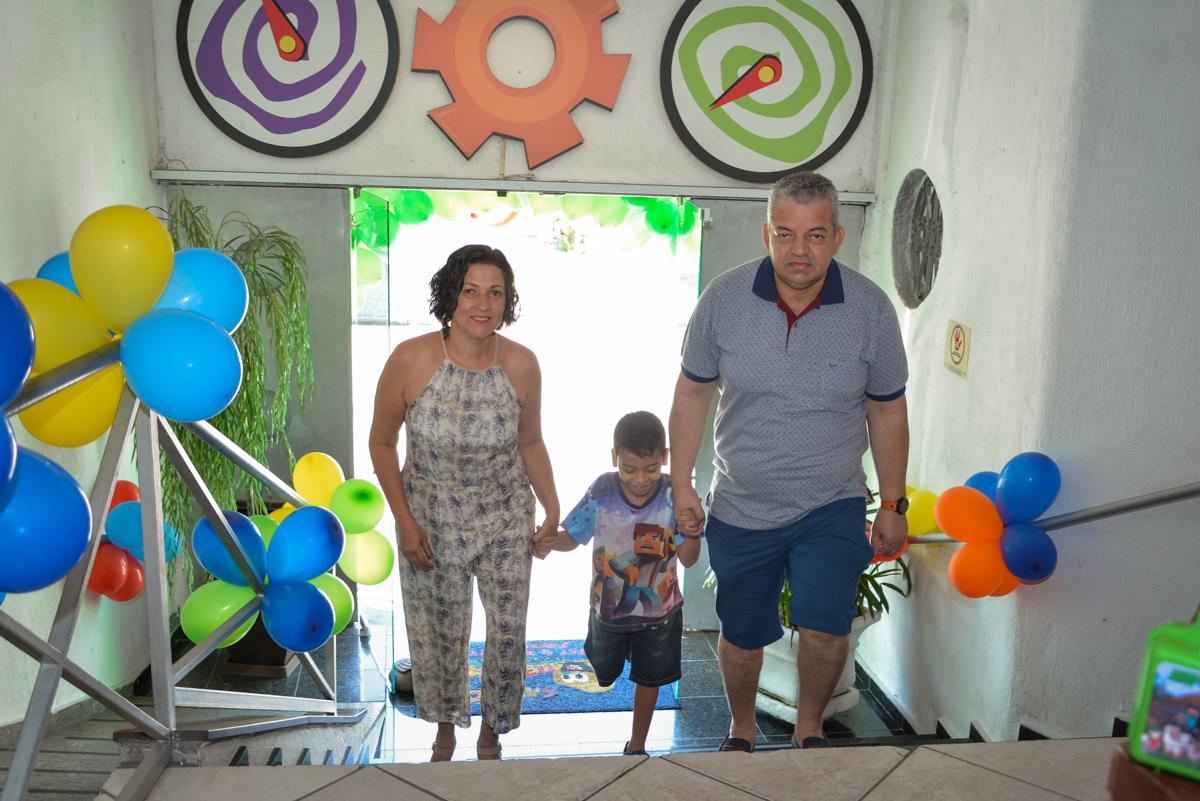 entrada da família no Buffet Fábrica da Alegria Osasco São Paulo, aniversário de Rafael 8 anos tema da festa mini craft
