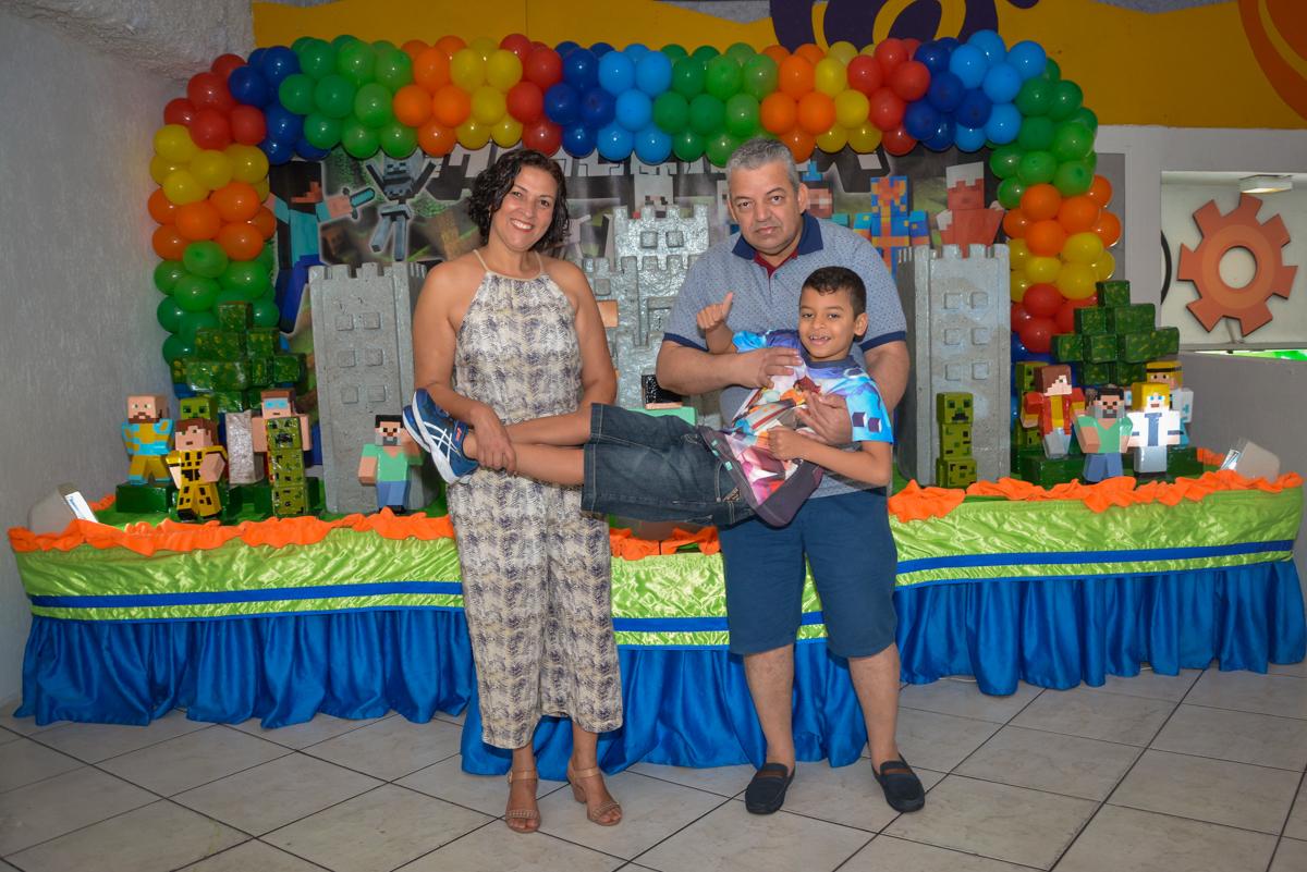 foto dos pais com o filho no Buffet Fábrica da Alegria Osasco São Paulo, aniversário de Rafael 8 anos tema da festa mini craft