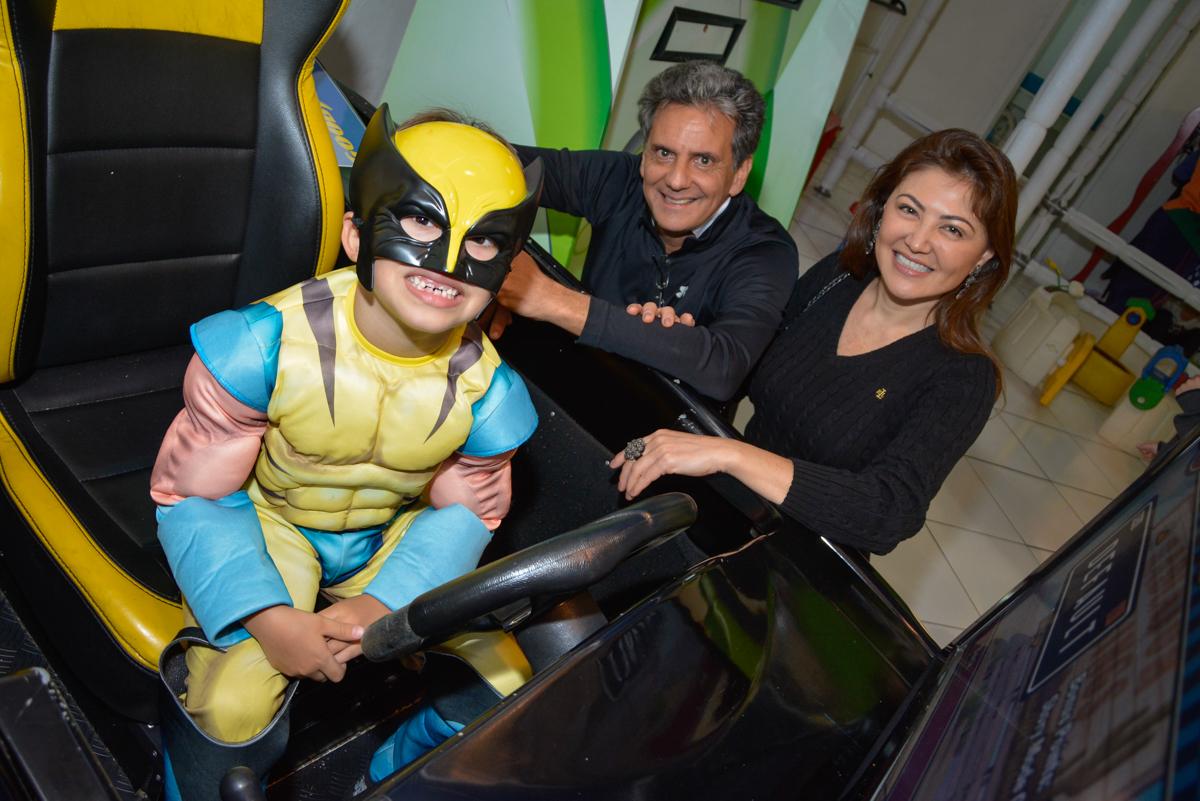 aniversariante feliz com sua festa no Buffet Fábrica da Alegria, Morumbi, São Paulo, aniversário de Luis Arthur 6 anos tema da festa super herois