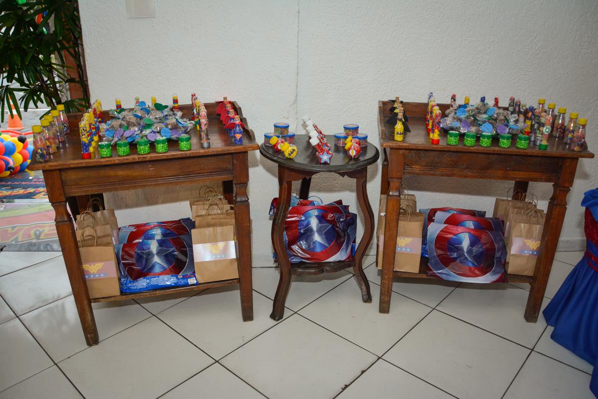 mesa com as lembrancinhas no Buffet Fábrica da Alegria, Morumbi, São Paulo, aniversário de Luis Arthur 6 anos tema da festa super herois
