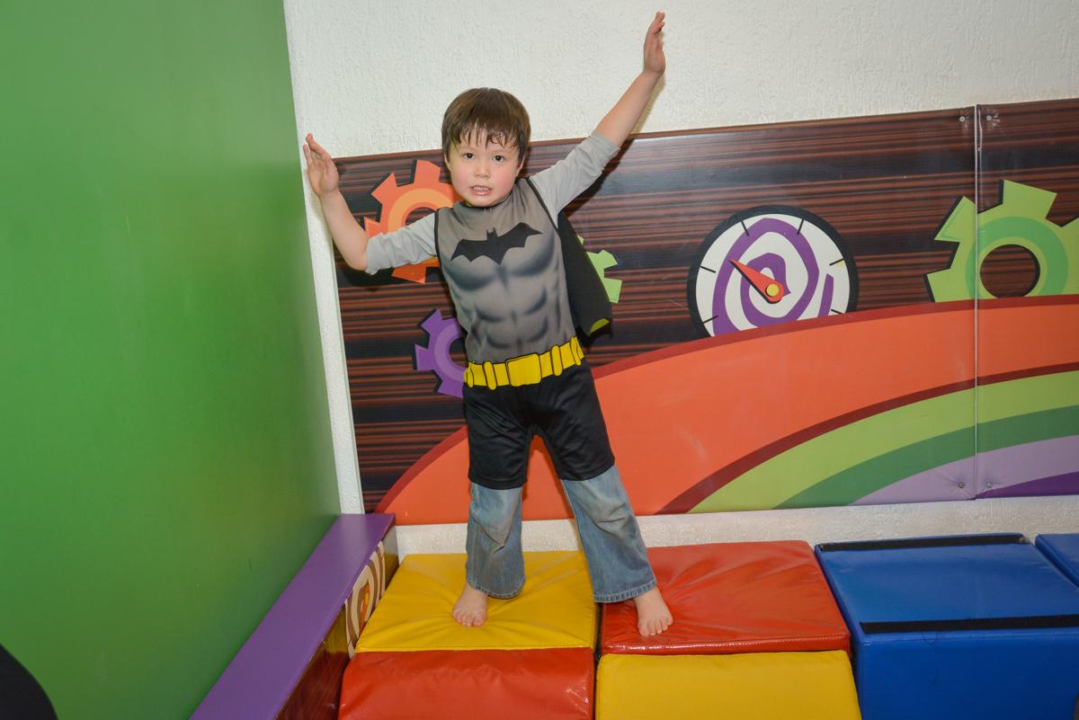brincando na área baby no Buffet Fábrica da Alegria, Morumbi, São Paulo, aniversário de Luis Arthur 6 anos tema da festa super herois