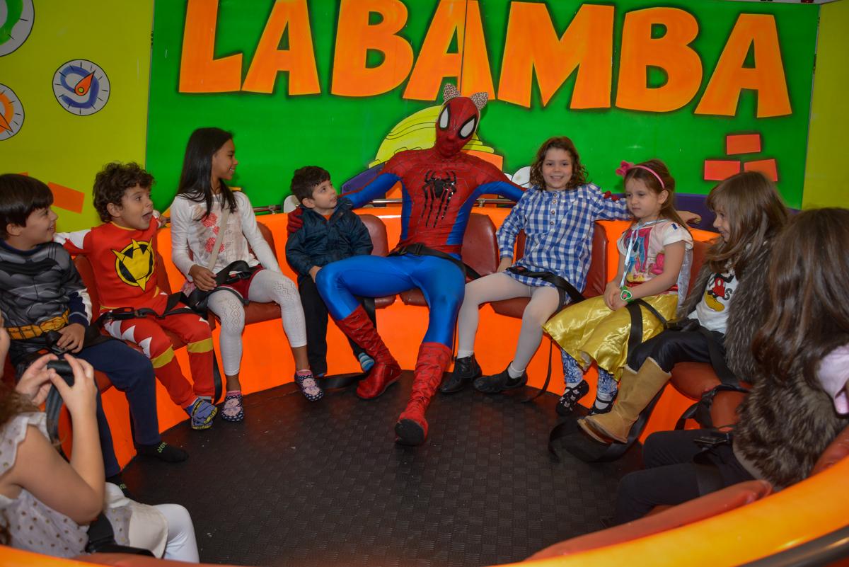 personagens dos super herois brincam no labamba no Buffet Fábrica da Alegria, Morumbi, São Paulo, aniversário de Luis Arthur 6 anos tema da festa super herois