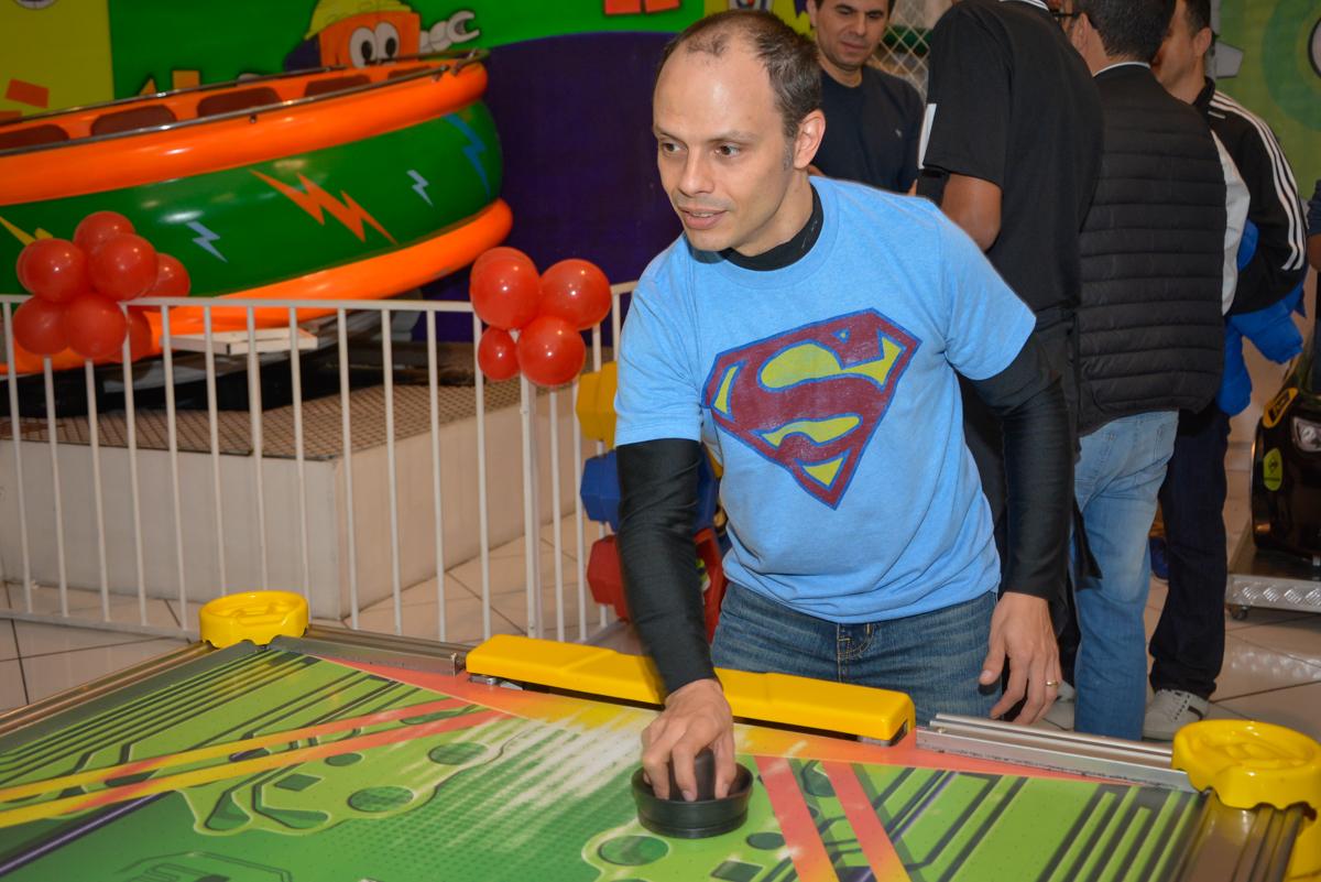 papai também curte o jogo de futebol no Buffet Fábrica da Alegria, Morumbi, São Paulo, aniversário de Luis Arthur 6 anos tema da festa super herois