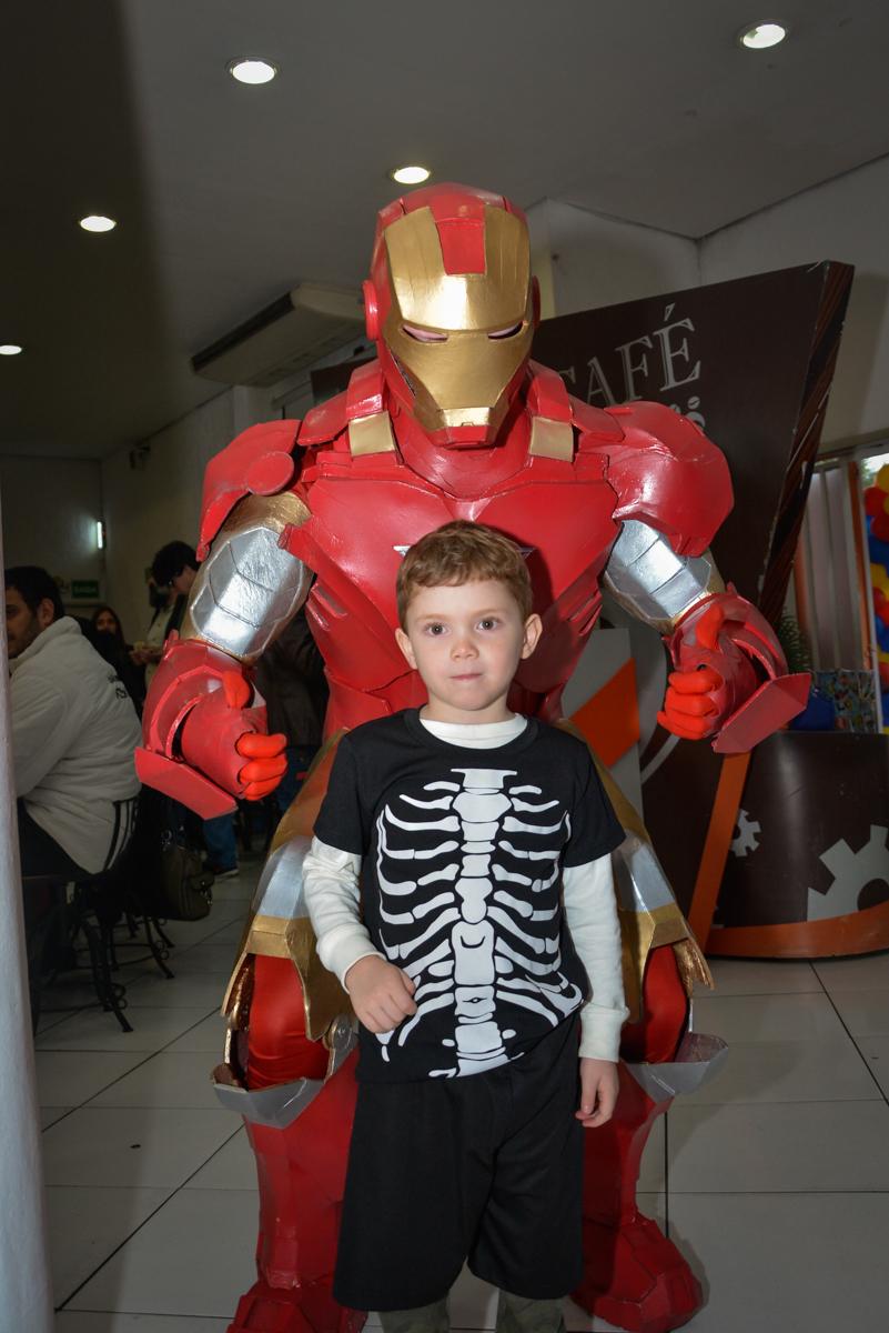 amigo é fotografado com o herói no Buffet Fábrica da Alegria, Morumbi, São Paulo, aniversário de Luis Arthur 6 anos tema da festa super herois