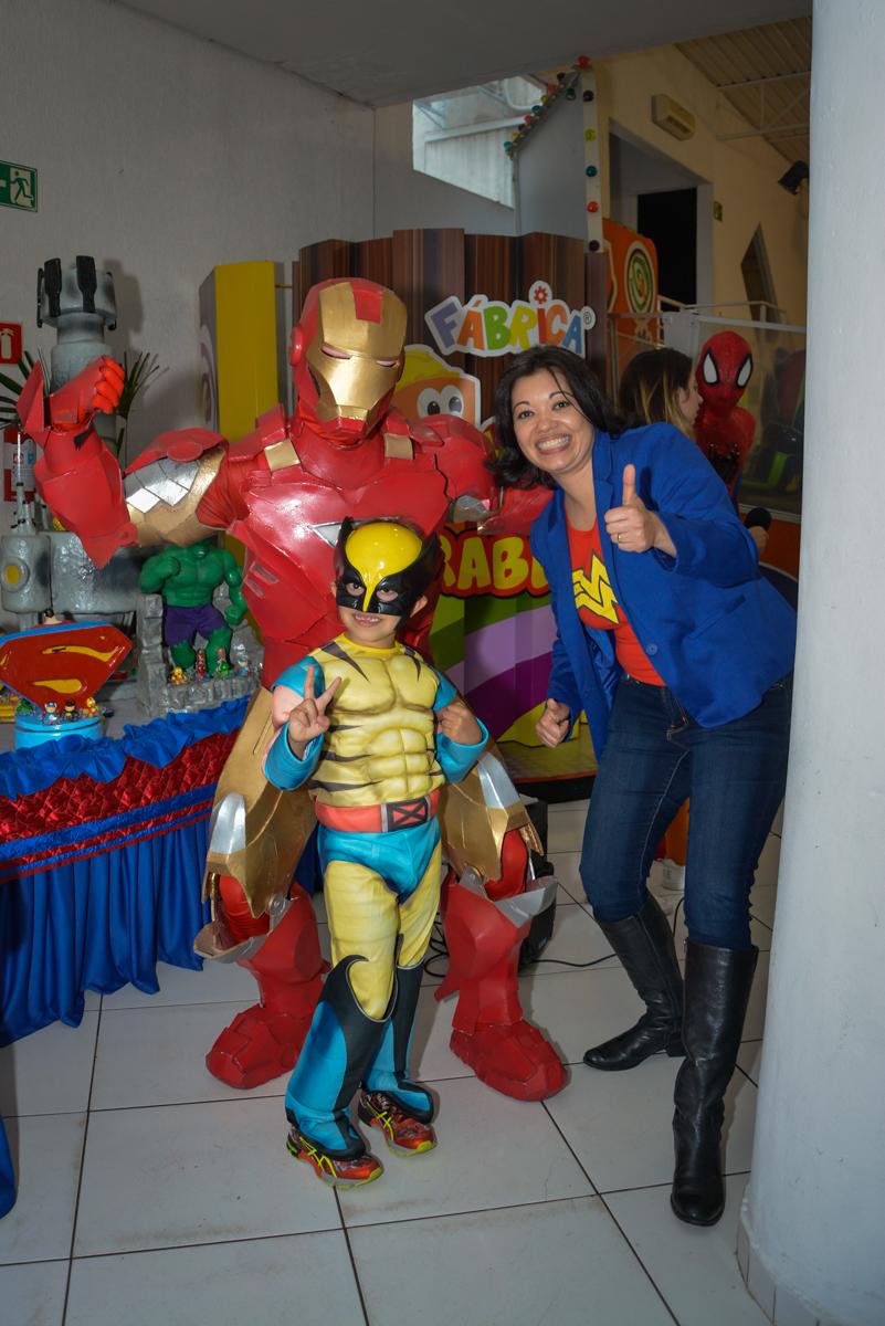posando para a foto com o super herói no Buffet Fábrica da Alegria, Morumbi, São Paulo, aniversário de Luis Arthur 6 anos tema da festa super herois