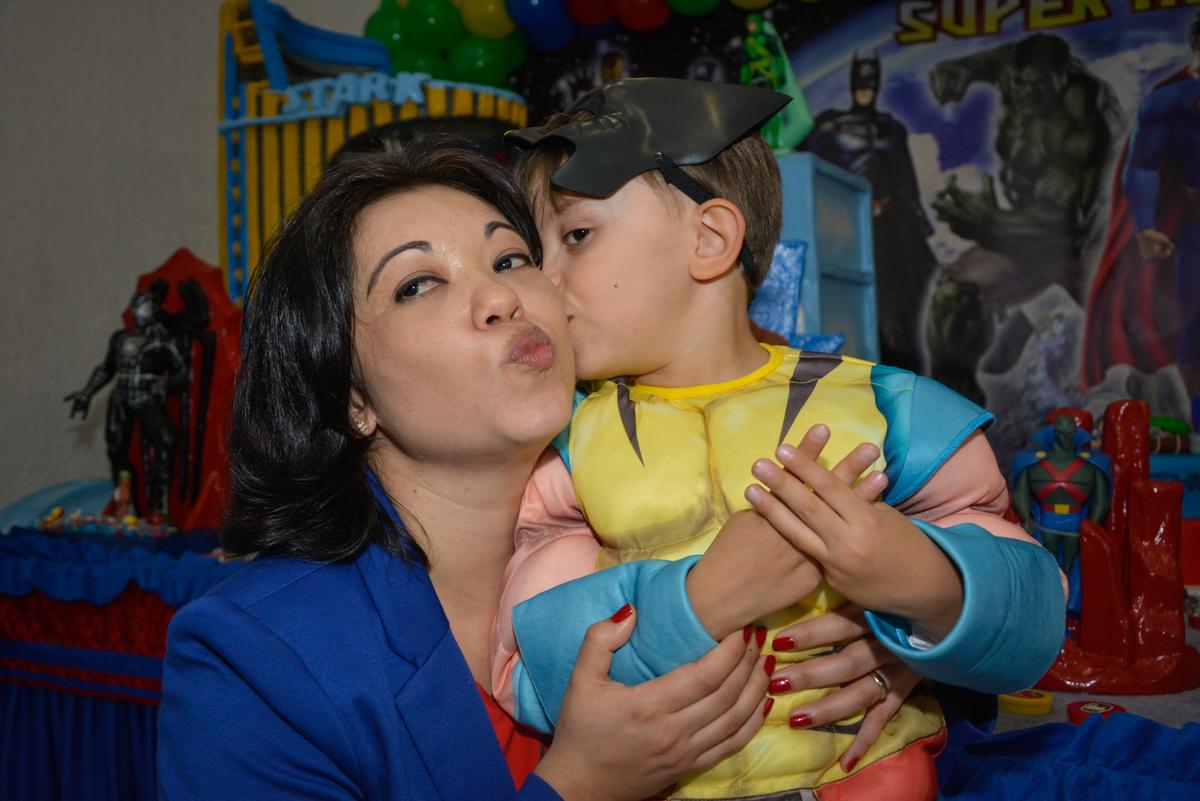beijos de mãe e filho no Buffet Fábrica da Alegria, Morumbi, São Paulo, aniversário de Luis Arthur 6 anos tema da festa super herois