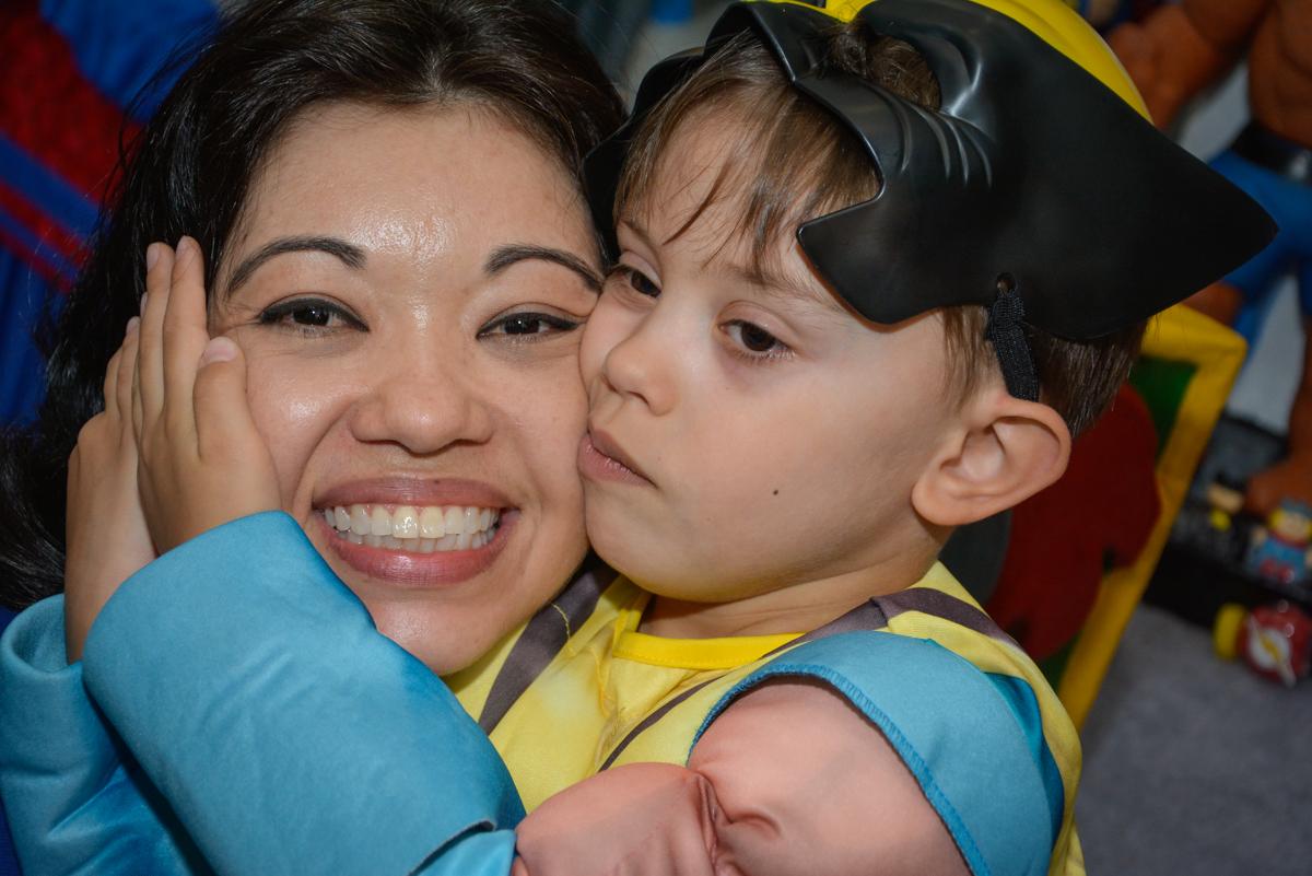 abraço gostoso no Buffet Fábrica da Alegria, Morumbi, São Paulo, aniversário de Luis Arthur 6 anos tema da festa super herois