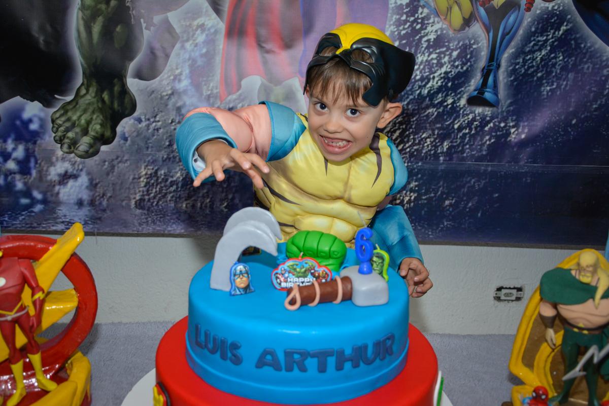 fotografia ao lado do bolo no Buffet Fábrica da Alegria, Morumbi, São Paulo, aniversário de Luis Arthur 6 anos tema da festa super herois
