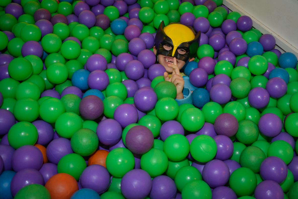 brincando na piscina de bolinha no Buffet Fábrica da Alegria, Morumbi, São Paulo, aniversário de Luis Arthur 6 anos tema da festa super herois