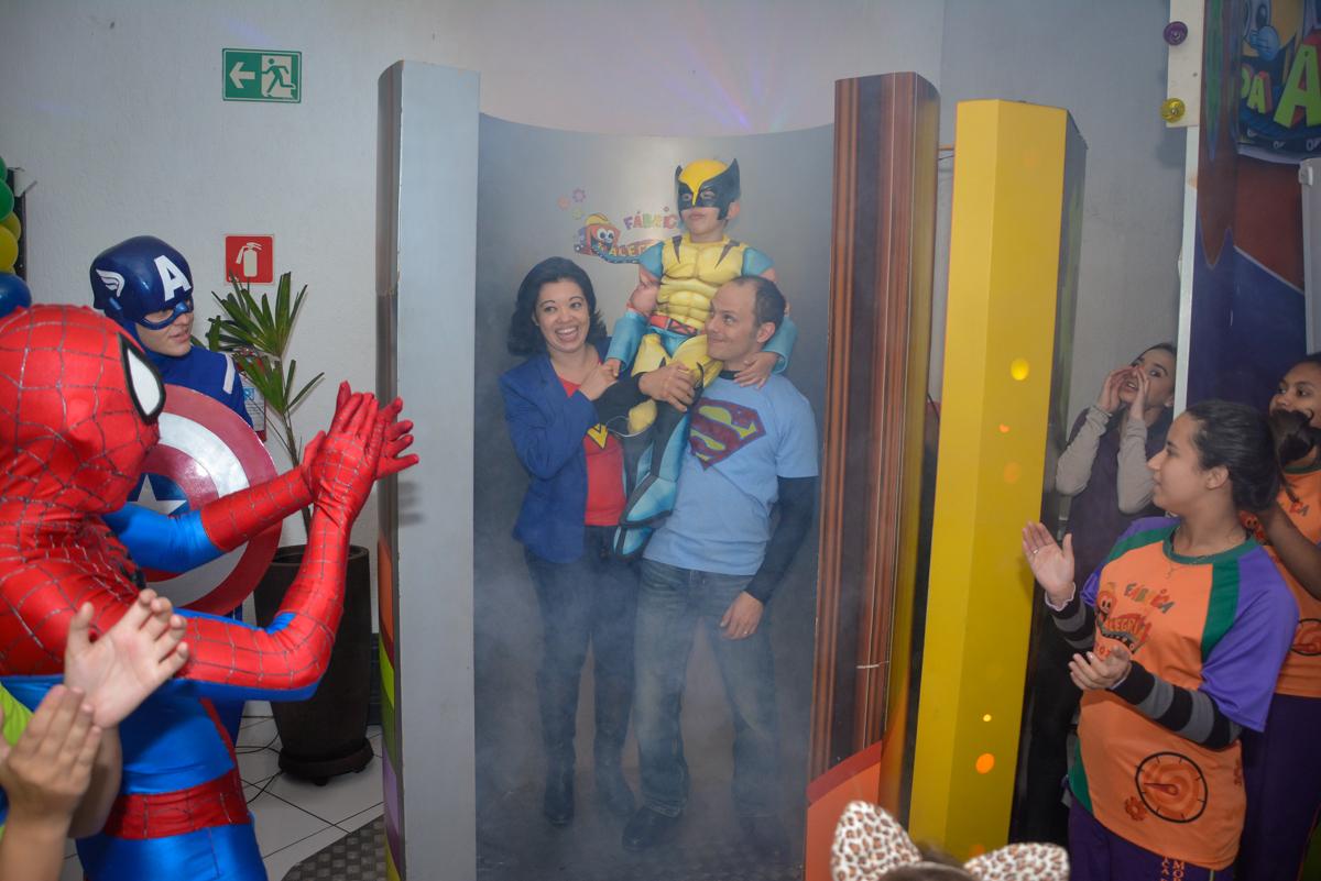 saindo da máquina do parabéns no Buffet Fábrica da Alegria, Morumbi, São Paulo, aniversário de Luis Arthur 6 anos tema da festa super herois