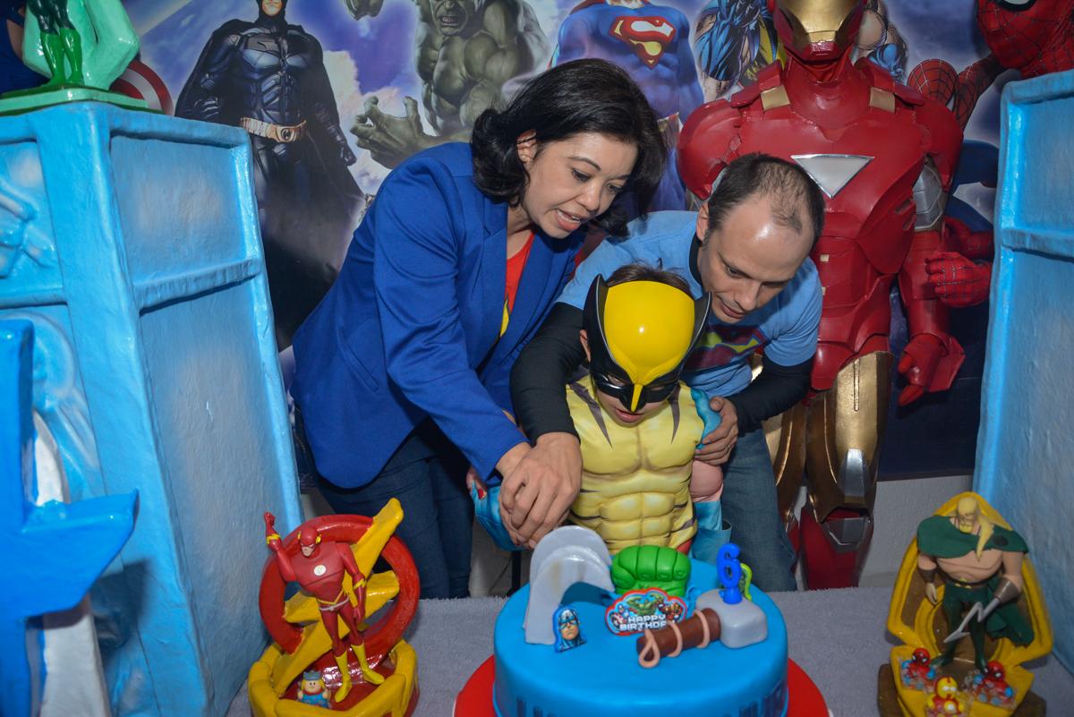 cortando o primeiro pedaço de bolo no Buffet Fábrica da Alegria, Morumbi, São Paulo, aniversário de Luis Arthur 6 anos tema da festa super herois