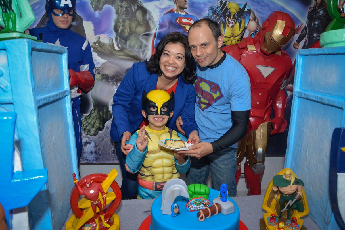 posando para a foto com o bolo no Buffet Fábrica da Alegria, Morumbi, São Paulo, aniversário de Luis Arthur 6 anos tema da festa super herois