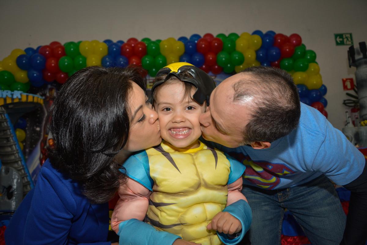 beijo sanduiche no aniversariante no Buffet Fábrica da Alegria, Morumbi, São Paulo, aniversário de Luis Arthur 6 anos tema da festa super herois