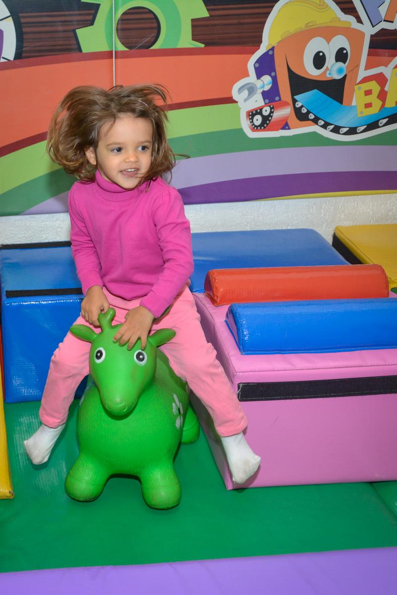 brincadeira divertida na área baby no Buffet Fábrica da Alegria, Morumbi, São Paulo, aniversário de Luis Arthur 6 anos tema da festa super herois