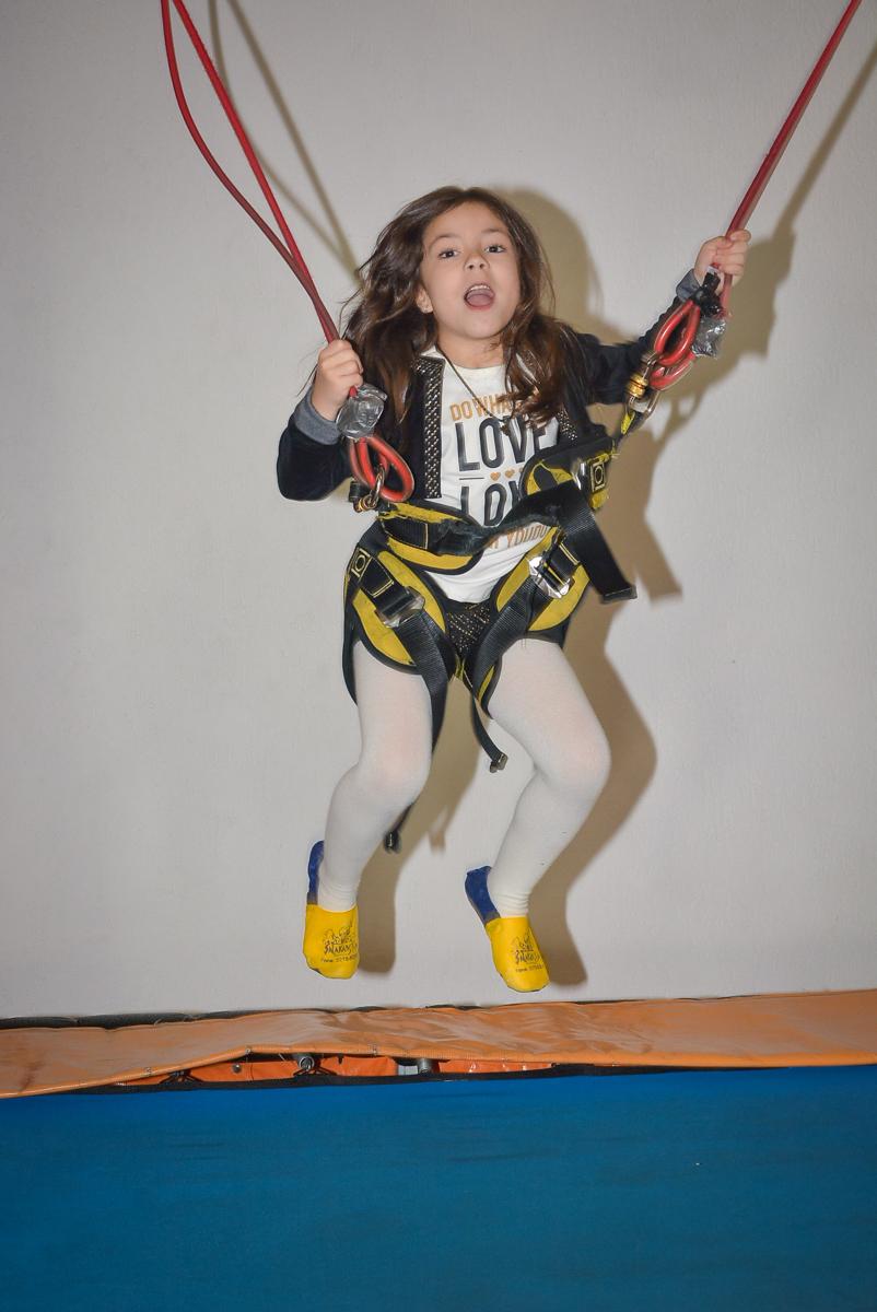brincando na cama elástica no Buffet Salakaboom, Ipiranga, São Paulo, aniversário de Jonathan 7 anos, tema da festa Star Wars
