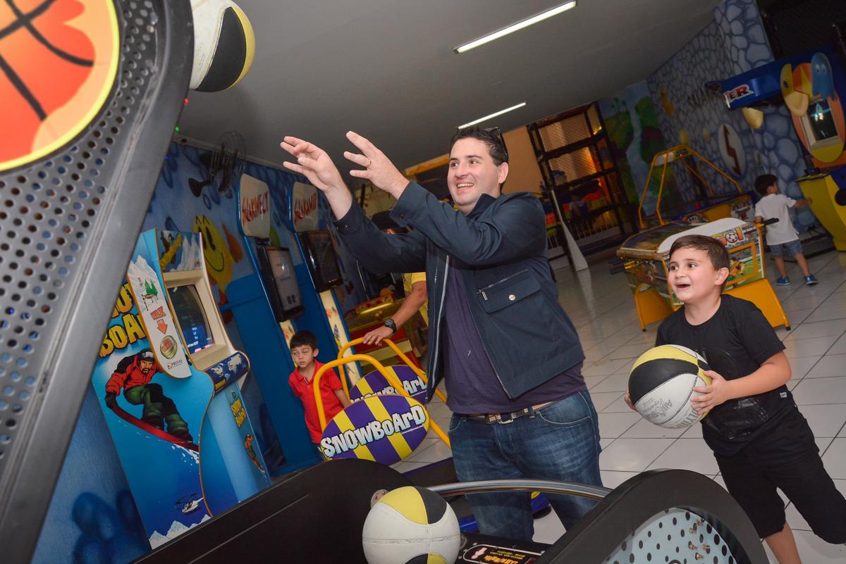 jogo de basquete bol no Buffet Salakaboom, Ipiranga, São Paulo, aniversário de Jonathan 7 anos, tema da festa Star Wars