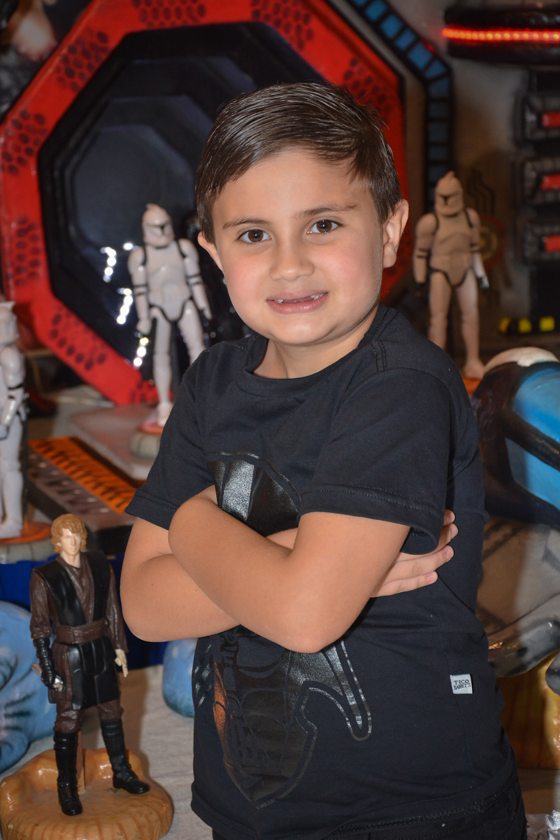 aniversariante posando para a festa no Buffet Salakaboom, Ipiranga, São Paulo, aniversário de Jonathan 7 anos, tema da festa Star Wars