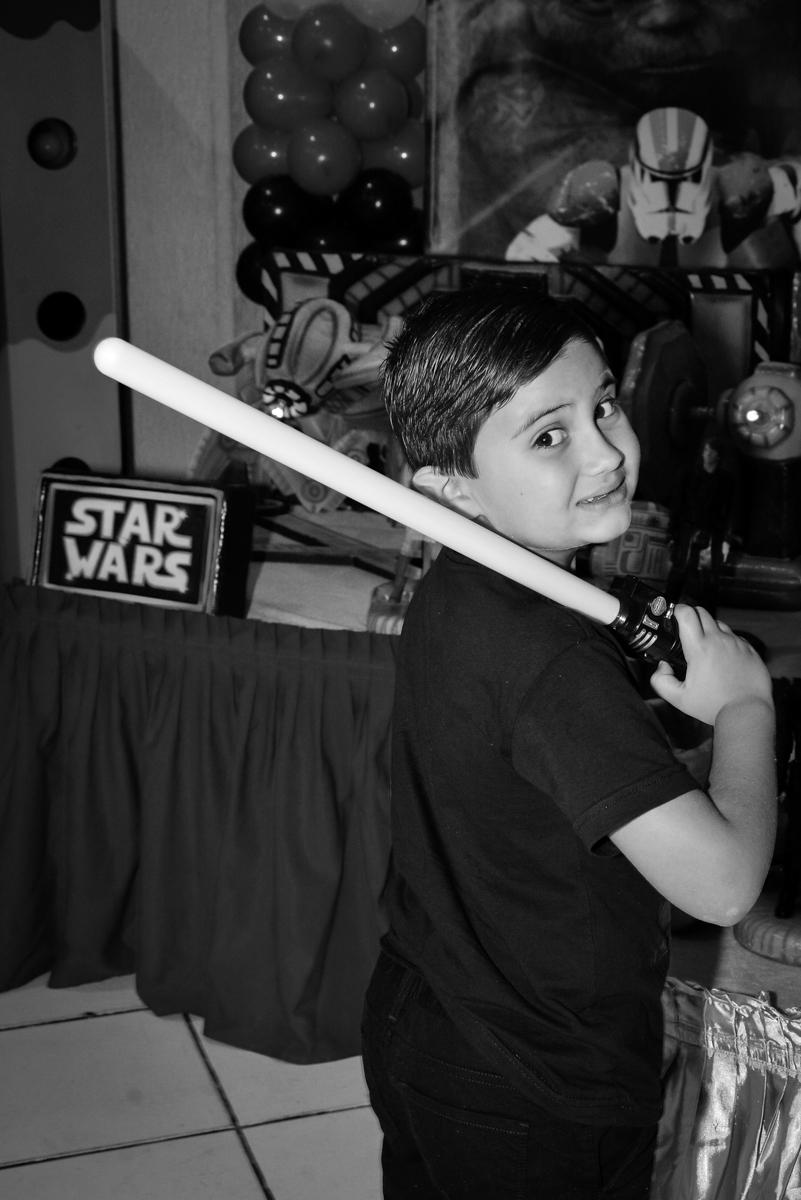 aniversariante com a espada no Buffet Salakaboom, Ipiranga, São Paulo, aniversário de Jonathan 7 anos, tema da festa Star Wars