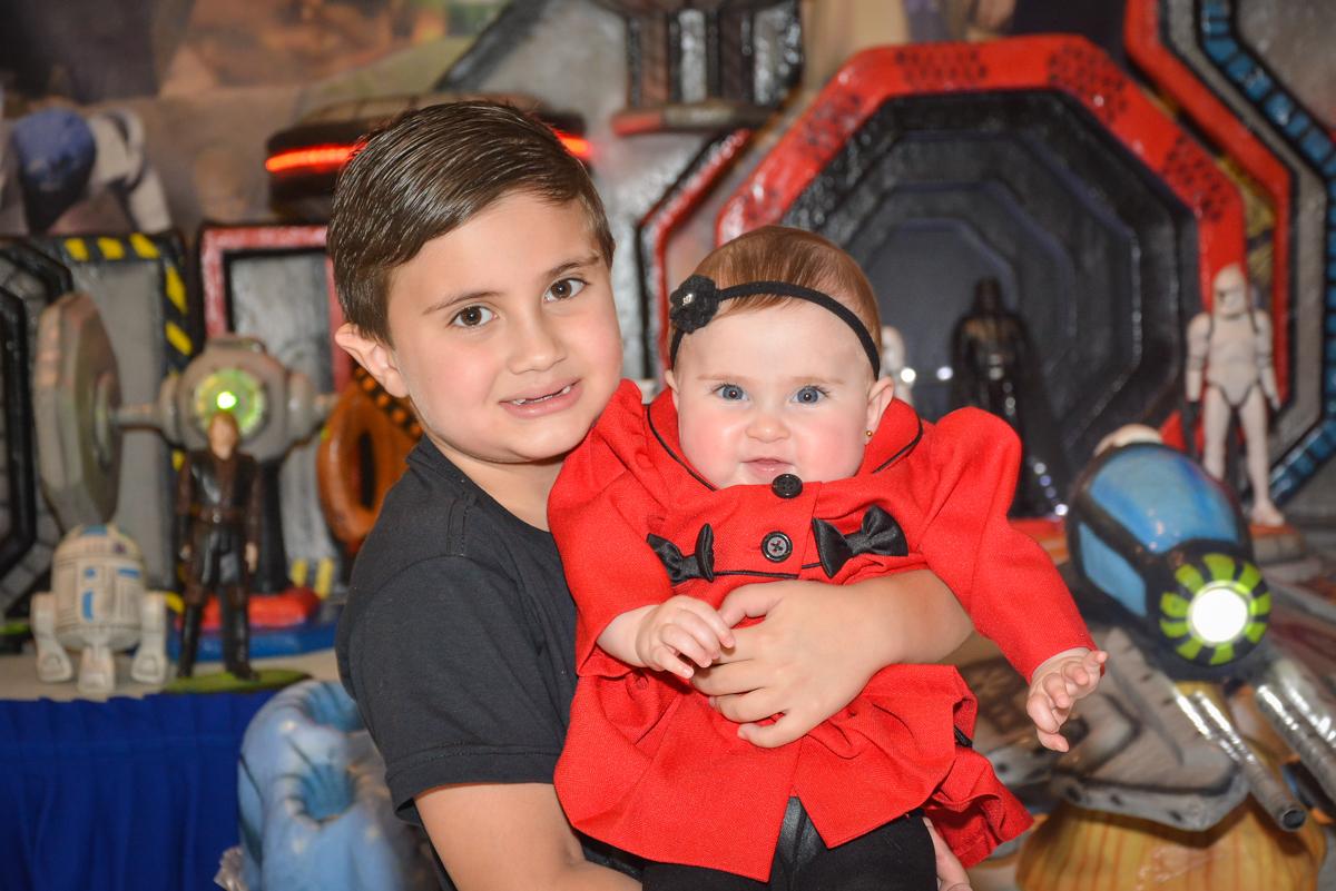 fotografia com a irmã no Buffet Salakaboom, Ipiranga, São Paulo, aniversário de Jonathan 7 anos, tema da festa Star Wars