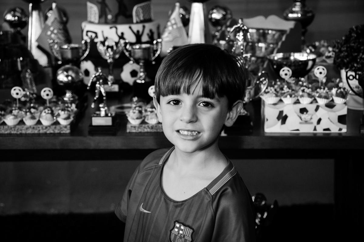 sorriso feliz em sua festa no Buffet High Soccer, Morumbi, São Paulo aniversário de Rafael e João 6 anos tema da festa futebol