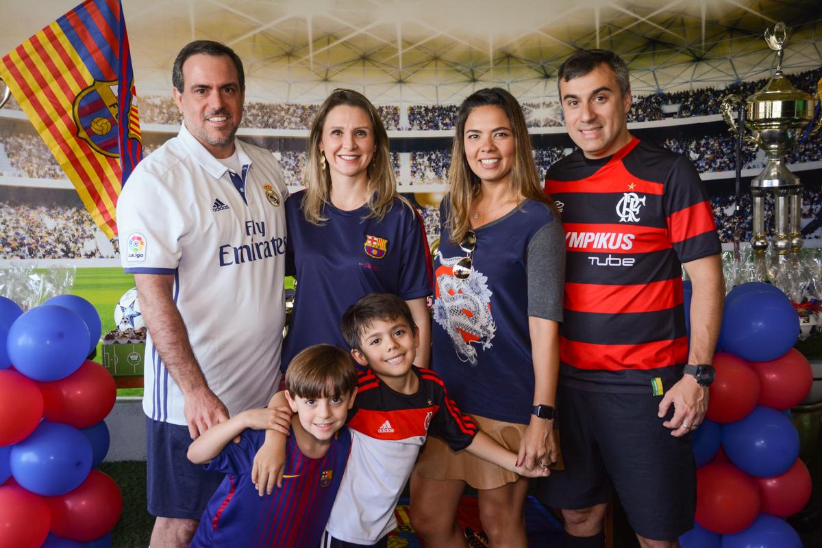 as familias reunidas para a foto no Buffet High Soccer, Morumbi, São Paulo aniversário de Rafael e João 6 anos tema da festa futebol