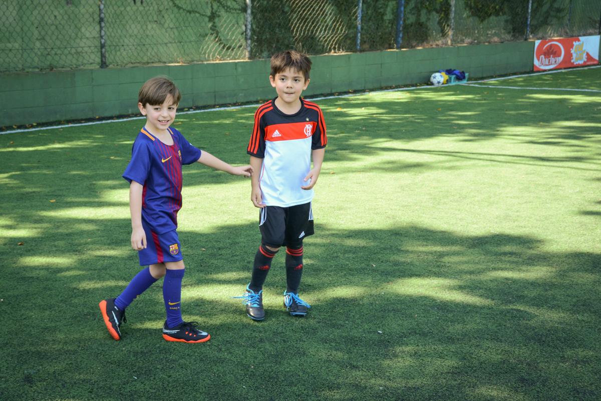 vai começar a partida de futebol no Buffet High Soccer, Morumbi, São Paulo aniversário de Rafael e João 6 anos tema da festa futebol