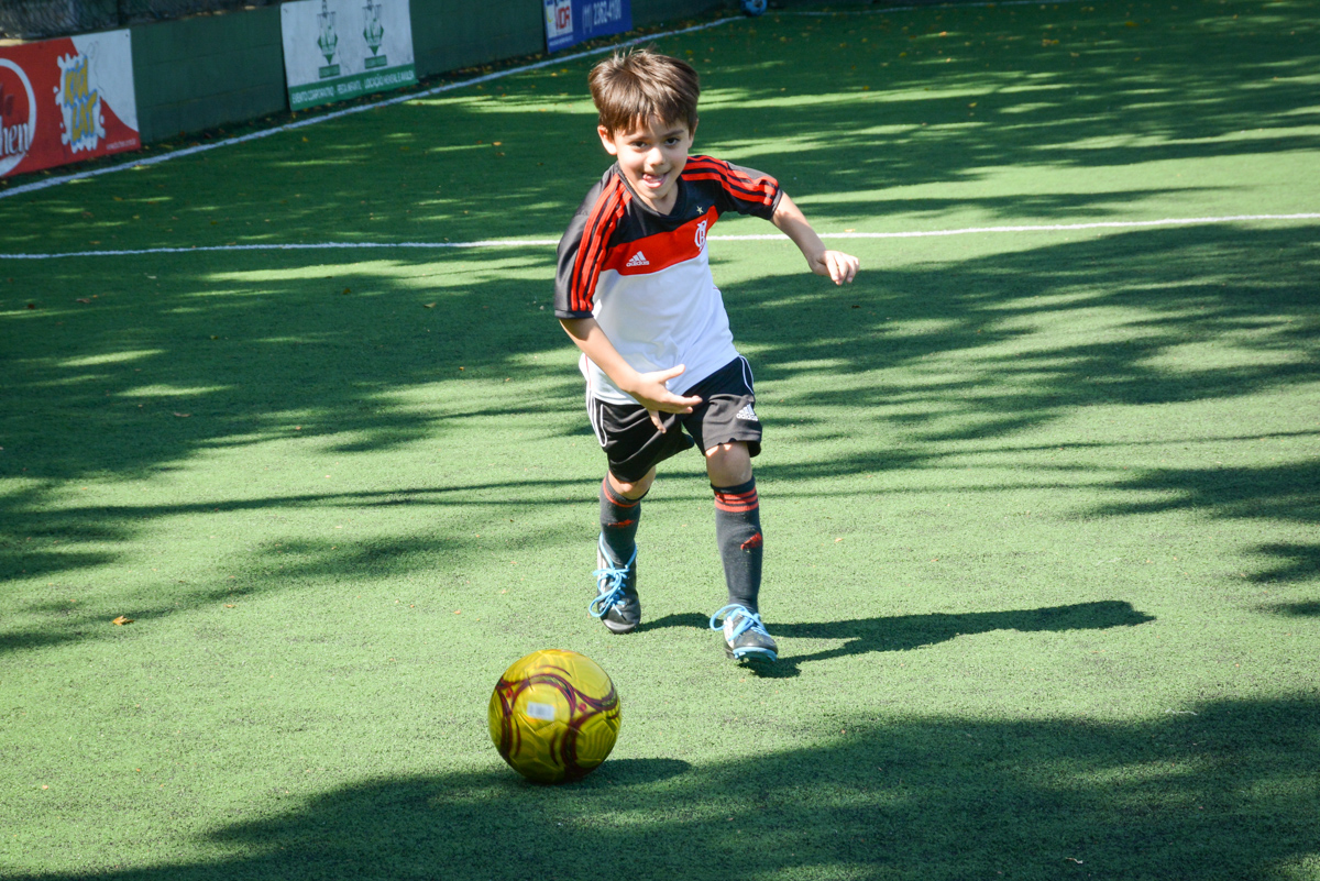 primeiro chute do jogo no Buffet High Soccer, Morumbi, São Paulo aniversário de Rafael e João 6 anos tema da festa futebol