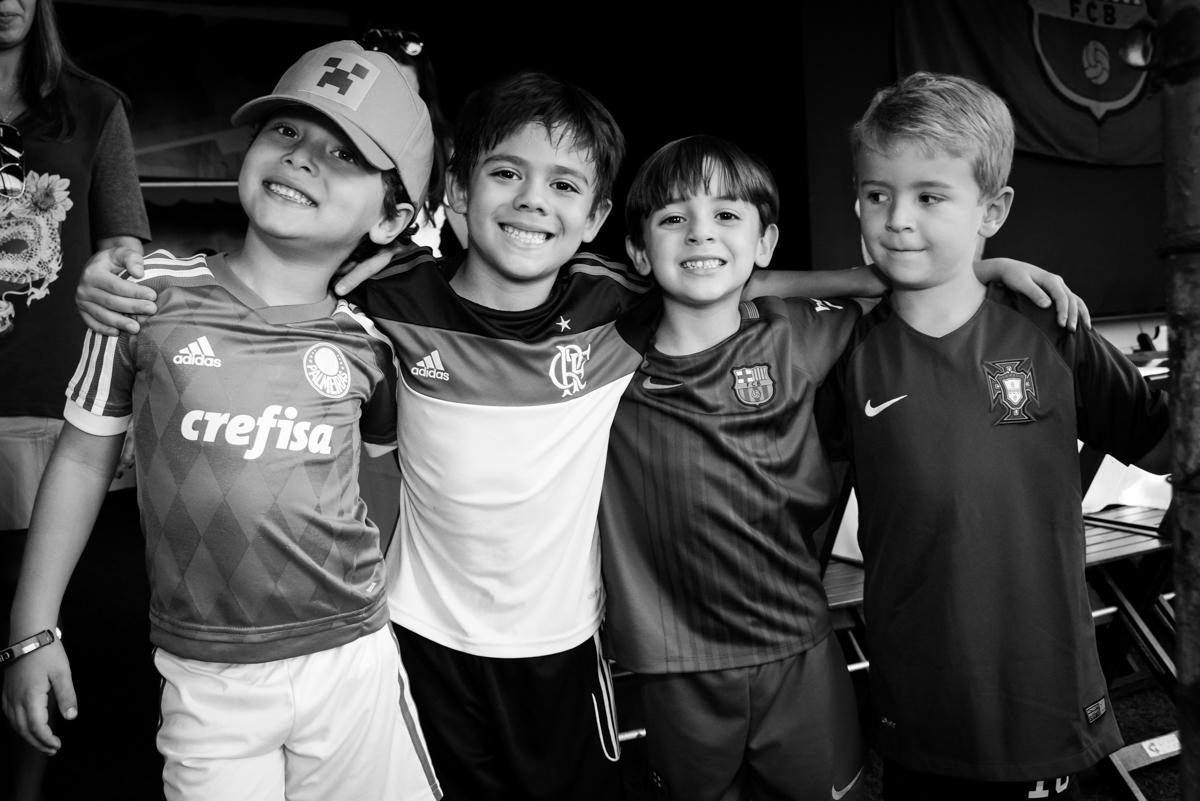 amigos reunidos no Buffet High Soccer, Morumbi, São Paulo aniversário de Rafael e João 6 anos tema da festa futebol