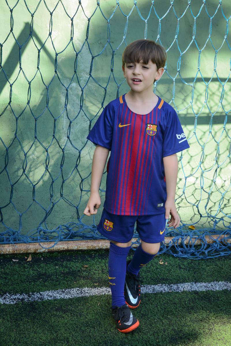 goleiro atento a jogada no Buffet High Soccer, Morumbi, São Paulo aniversário de Rafael e João 6 anos tema da festa futebol