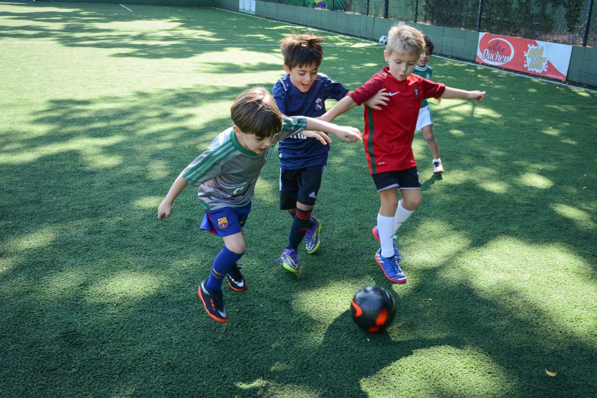 disputa pela bola no Buffet High Soccer, Morumbi, São Paulo aniversário de Rafael e João 6 anos tema da festa futebol