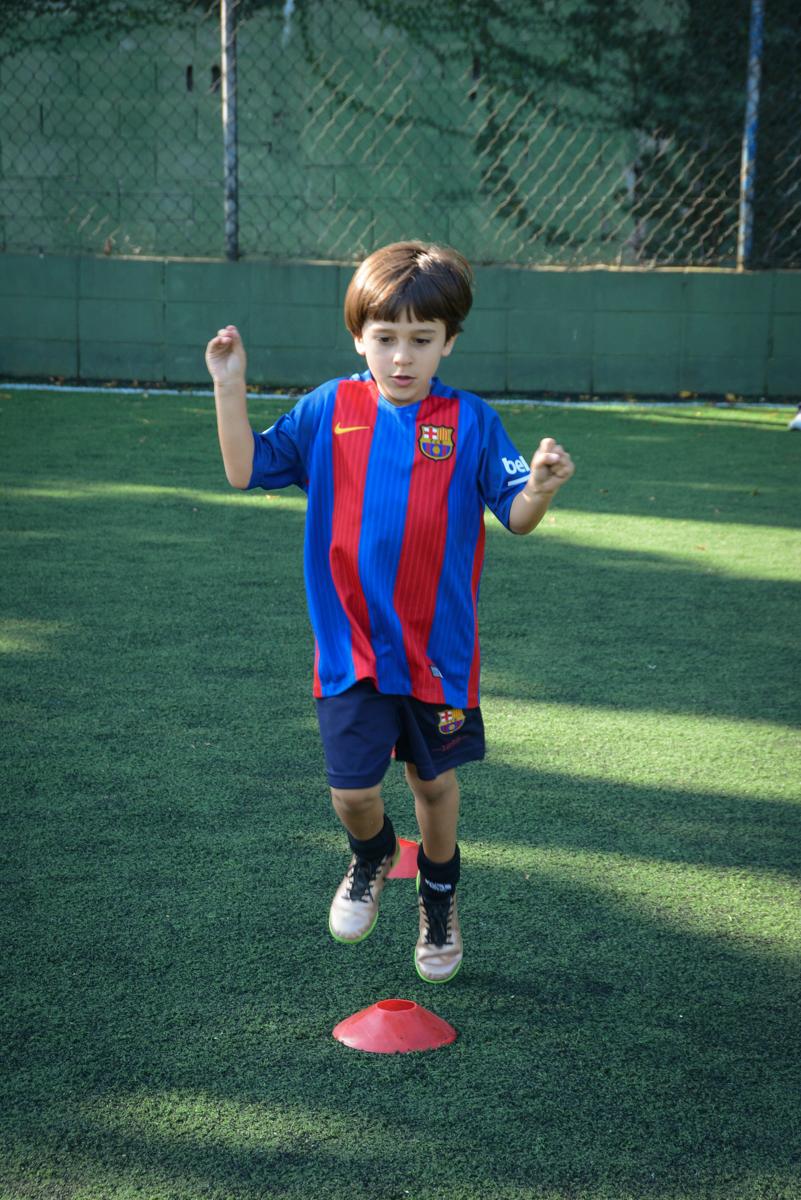 mais um treinando antes do jogo no Buffet High Soccer, Morumbi, São Paulo aniversário de Rafael e João 6 anos tema da festa futebol