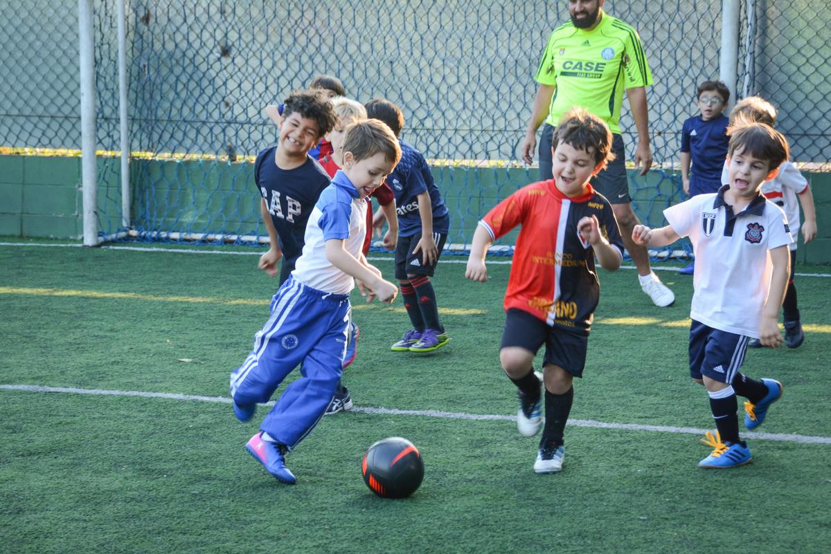 futebol rolando no Buffet High Soccer, Morumbi, São Paulo aniversário de Rafael e João 6 anos tema da festa futebol