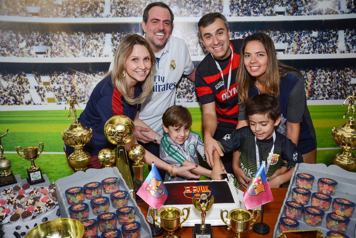 cotando o primeiro pedaço de bolo no Buffet High Soccer, Morumbi, São Paulo aniversário de Rafael e João 6 anos tema da festa futebol