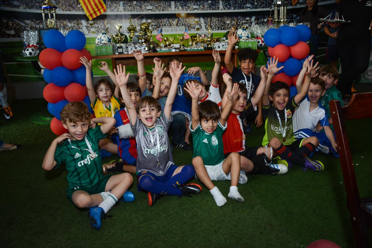 foto do final da festa no Buffet High Soccer, Morumbi, São Paulo aniversário de Rafael e João 6 anos tema da festa futebol