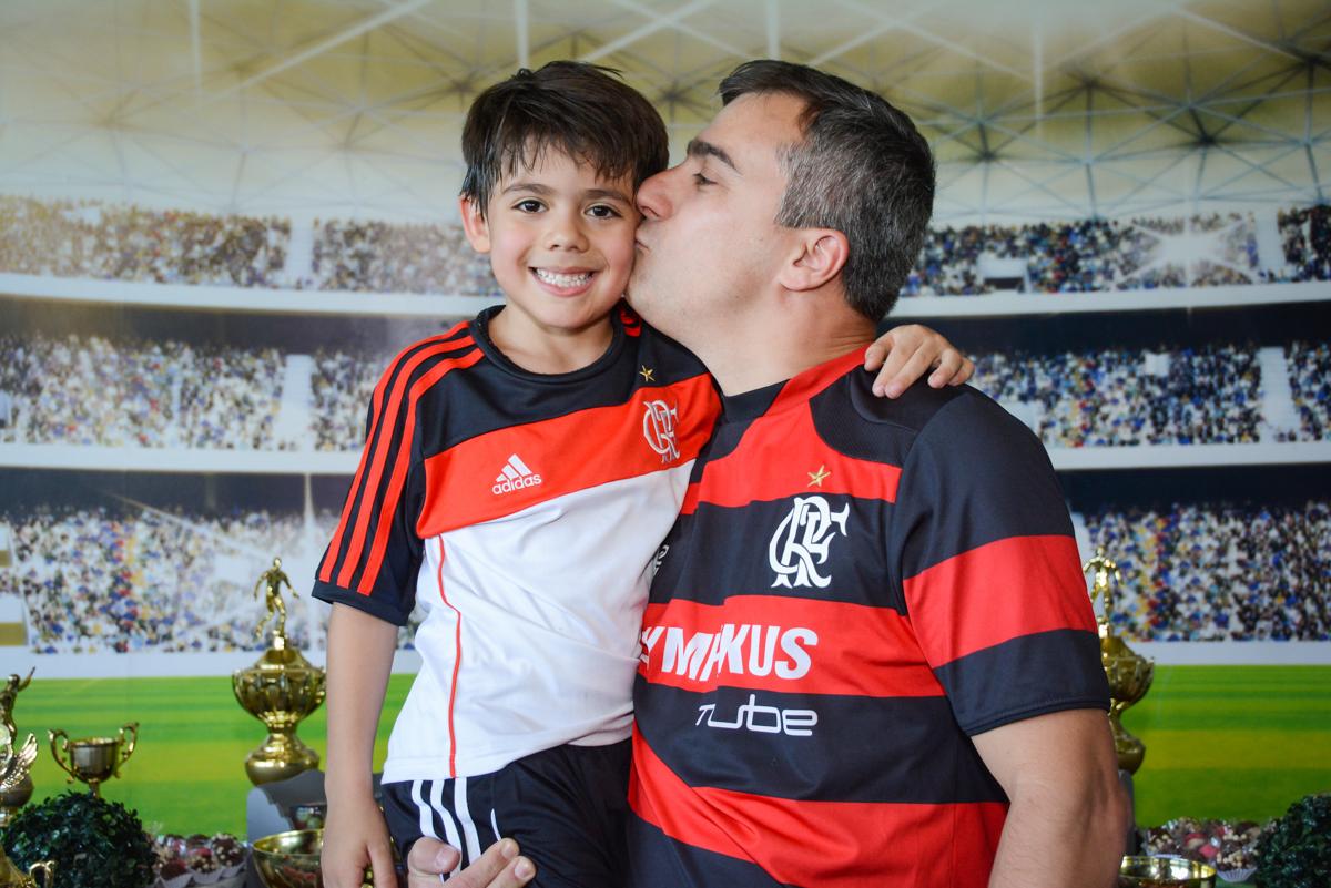 beijo do pai no aniversariante no Buffet High Soccer, Morumbi, São Paulo aniversário de Rafael e João 6 anos tema da festa futebol