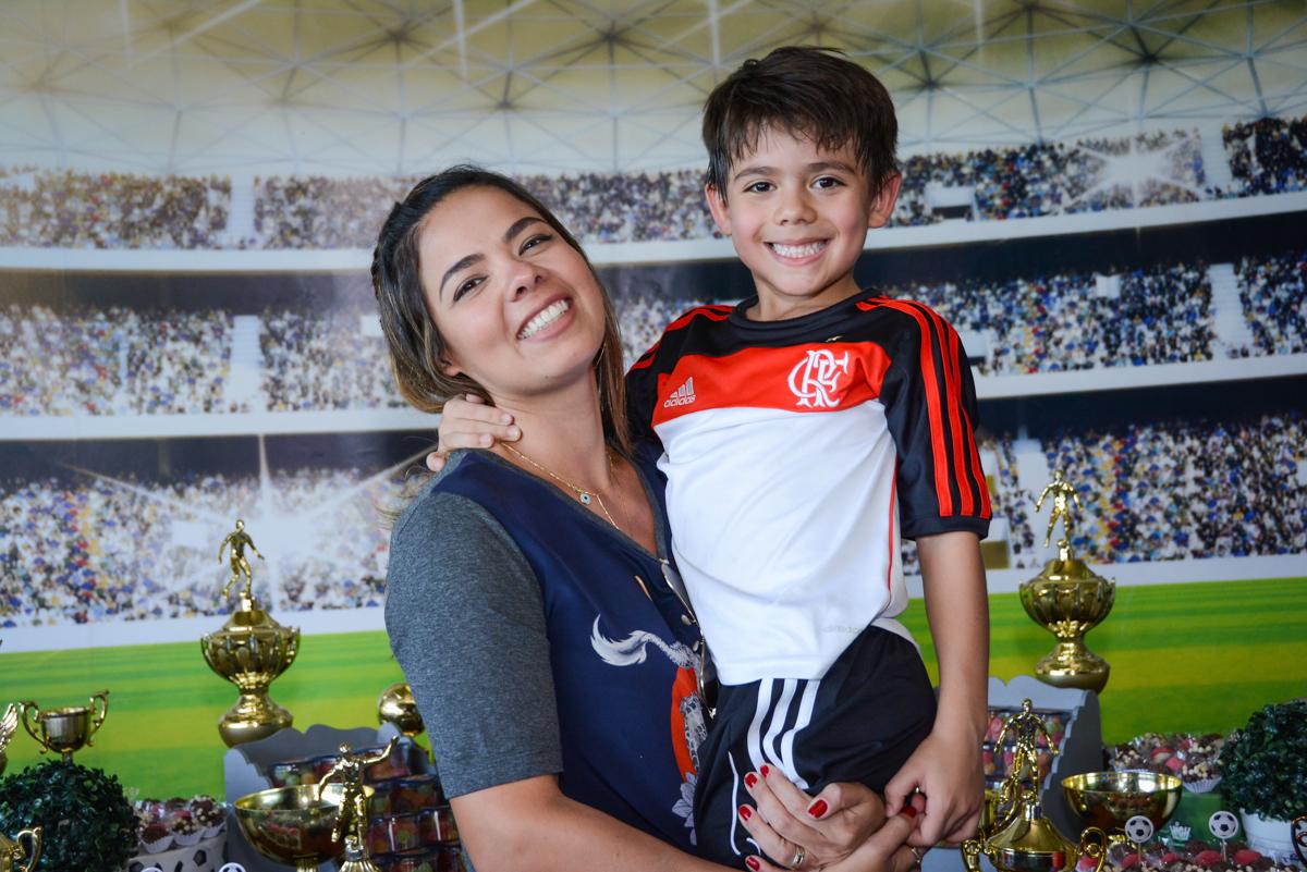 foto mãe e filho no Buffet High Soccer, Morumbi, São Paulo aniversário de Rafael e João 6 anos tema da festa futebol