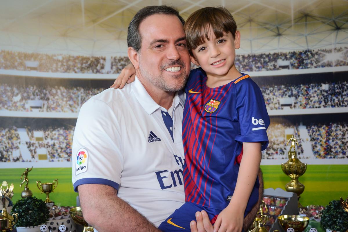 foto pai e filho no Buffet High Soccer, Morumbi, São Paulo aniversário de Rafael e João 6 anos tema da festa futebol