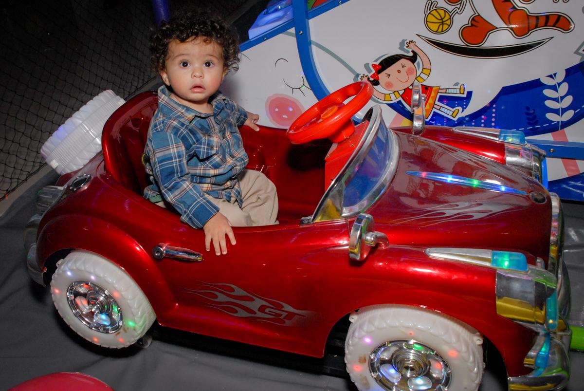 dirigindo o carrinho no Buffet Galeria da Arte, Vila Maria, São Paulo, aniversário de Lorenzo 4 e Lucca 1 aninho tema da festa super herois