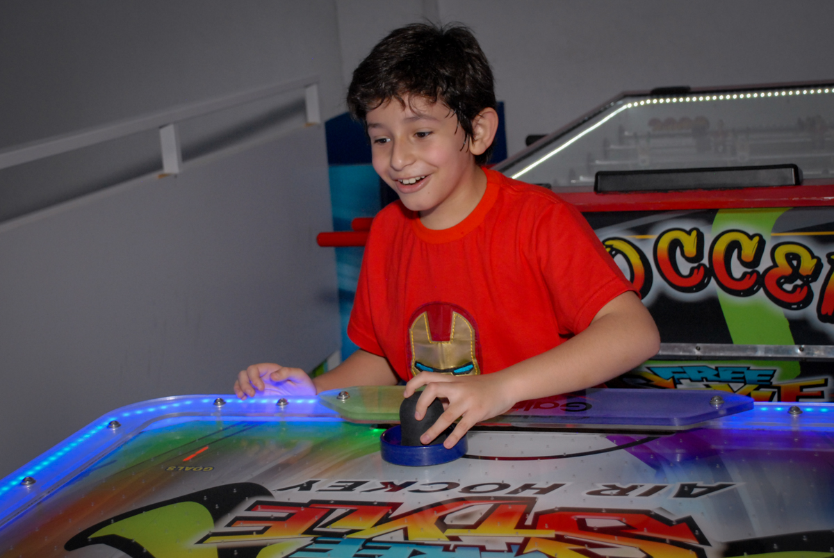 jogando futebol de mesa no Buffet Galeria da Arte, Vila Maria, São Paulo, aniversário de Lorenzo 4 e Lucca 1 aninho tema da festa super herois