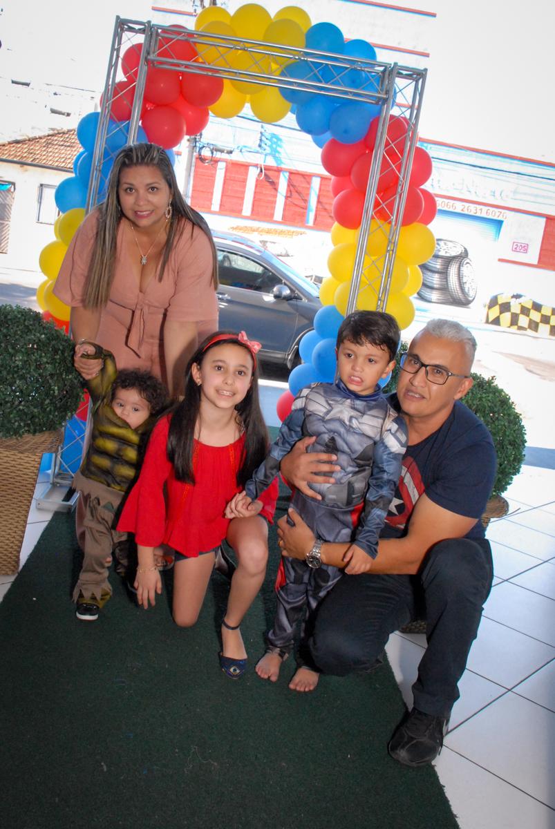 fotografia da família no Buffet Galeria da Arte, Vila Maria, São Paulo, aniversário de Lorenzo 4 e Lucca 1 aninho tema da festa super herois