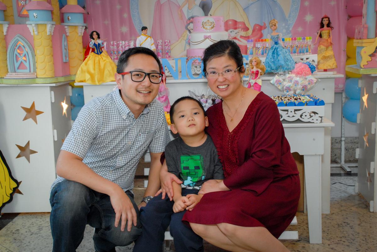 família feliz na festa no condominio vila mariana aniversario de nicole 3 aninhos tema da festa princesas