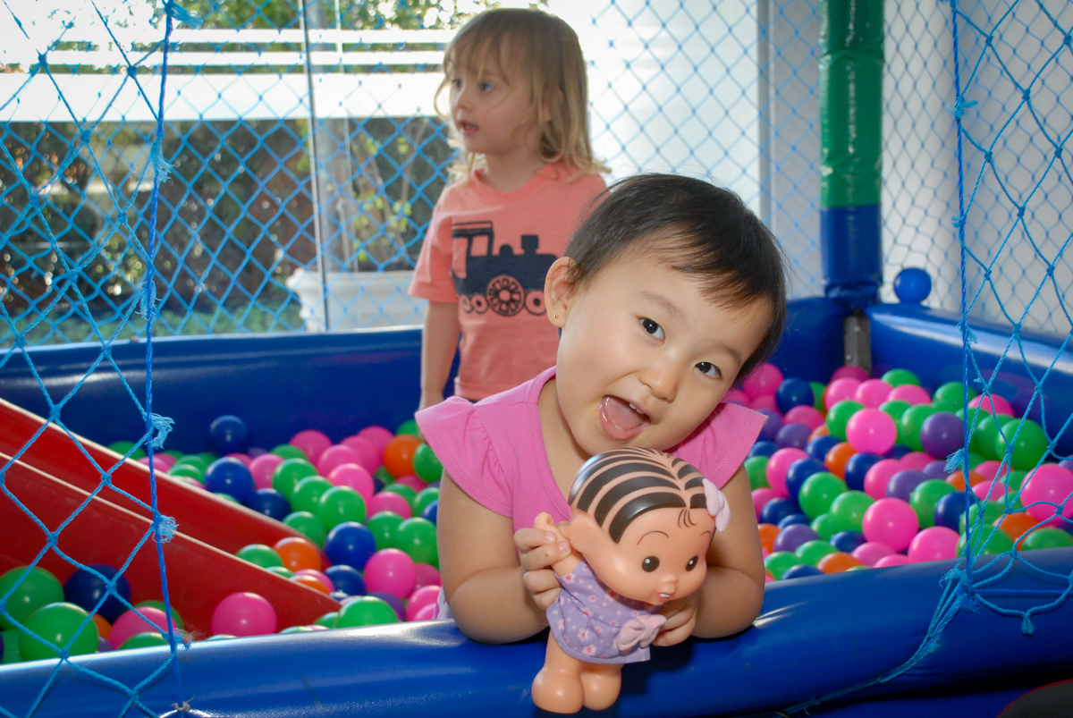 brincando cm a amiga na piscina de bolinas no condominio vila mariana aniversario de nicole 3 aninhos tema da festa princesas