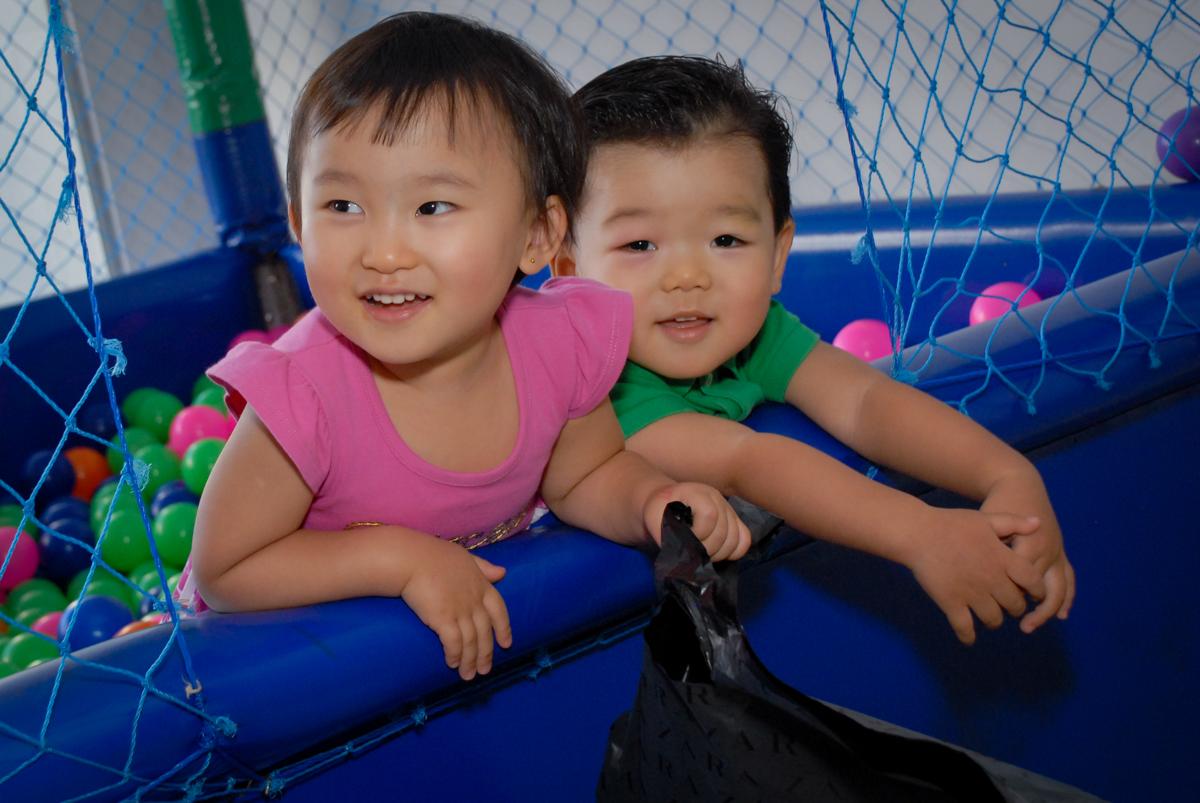 felizes brincando na piscina de bolinhas no condominio vila mariana aniversario de nicole 3 aninhos tema da festa princesas