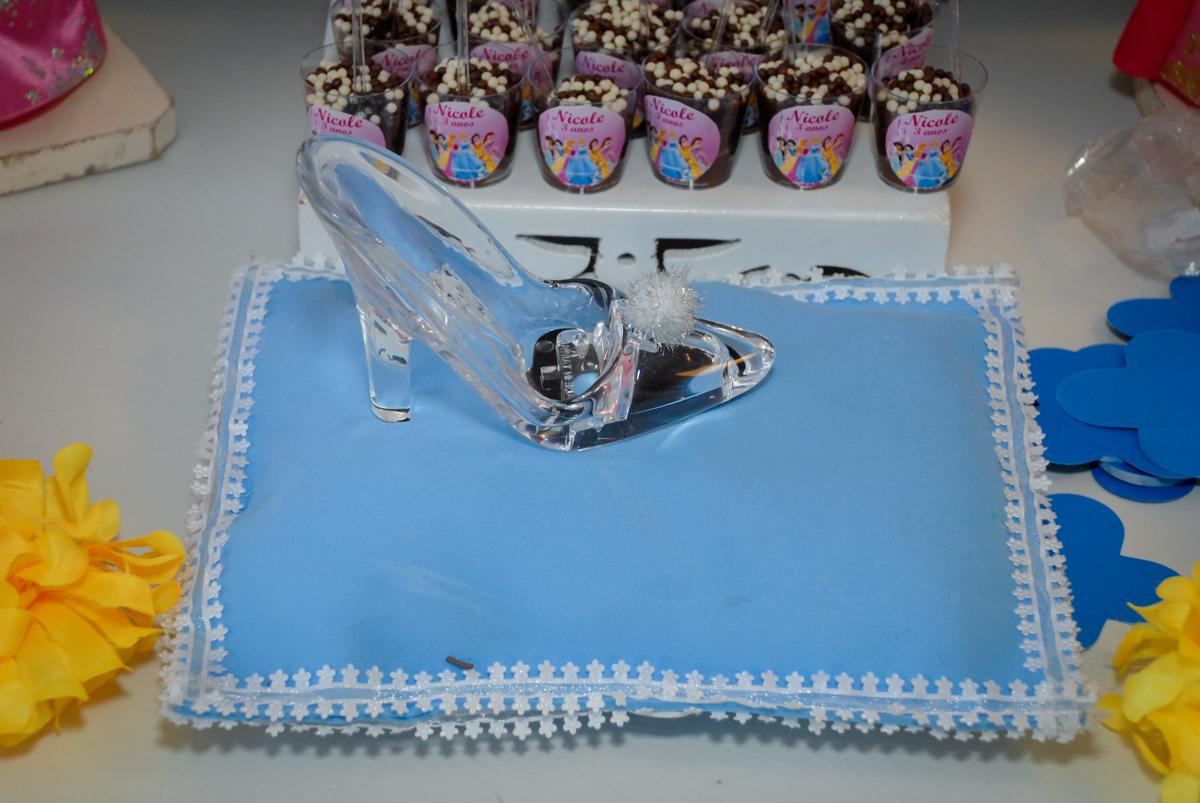 detalhe da mesa decorada no condominio vila mariana aniversario de nicole 3 aninhos tema da festa princesas