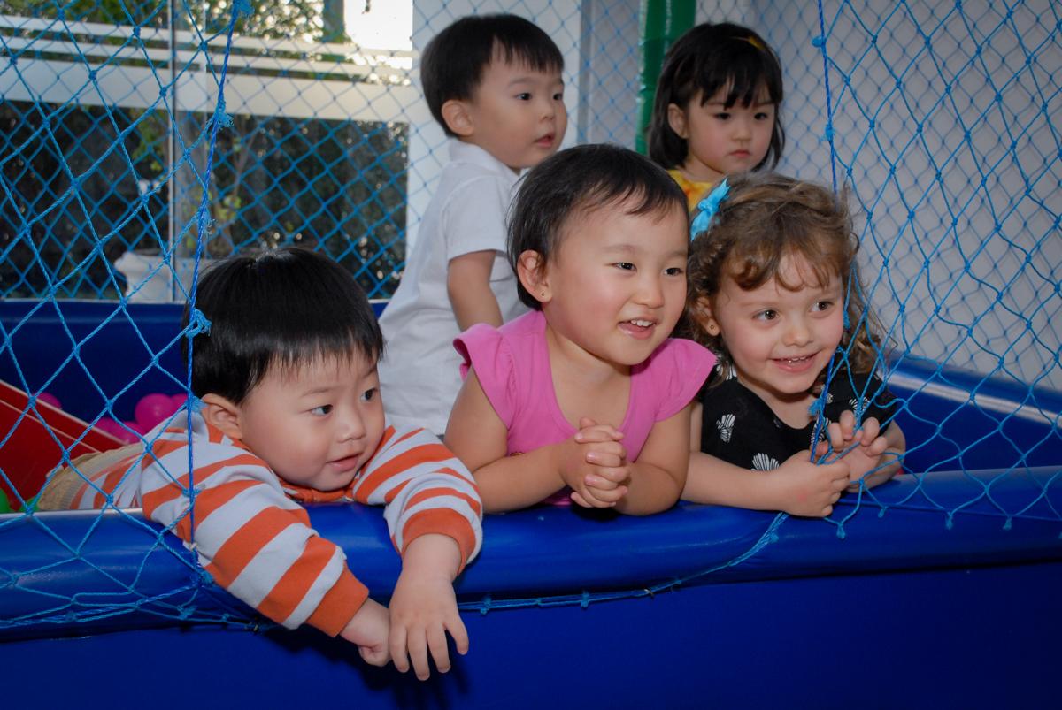 criançada brincam com os animadores da festa no condominio vila mariana aniversario de nicole 3 aninhos tema da festa princesas