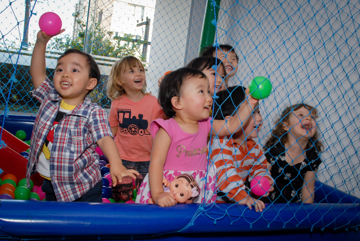 bagunça na piscina de bolinha no condominio vila mariana aniversario de nicole 3 aninhos tema da festa princesas