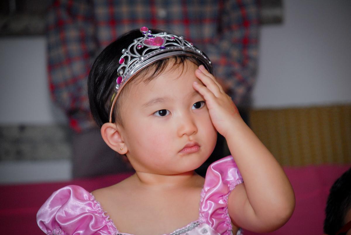 pose para a foto da aniversariante no condominio vila mariana aniversario de nicole 3 aninhos tema da festa princesas